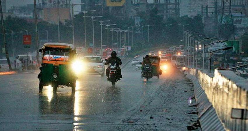 ગુજરાતમાં મેઘરાજાએ શરૂ કરી ધમાકેદાર બેટિંગ, આ જીલ્લામાં પૂરની માફક પાણી વહેતા વાહનો તણાયા